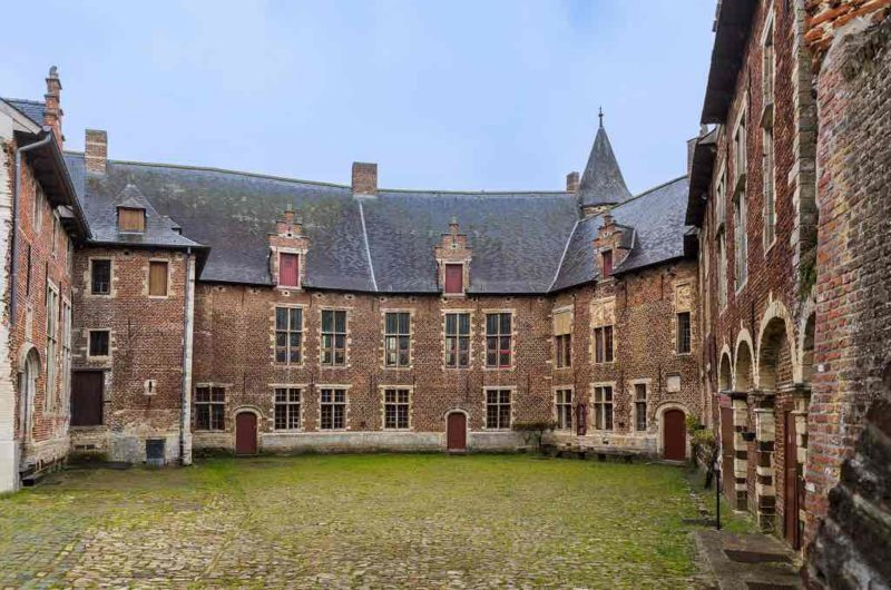 Van Horst Castle wurde im 11. Jahrhundert in der Nähe des Dorfes Sint-Pieters-Rode erbaut.
