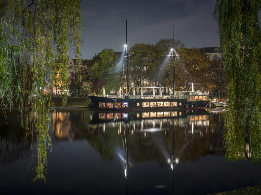 Vom Restaurantschiff Van Loon hat man einen wunderbaren Blick auf den von Schwänen bevölkerten Urbanhafen