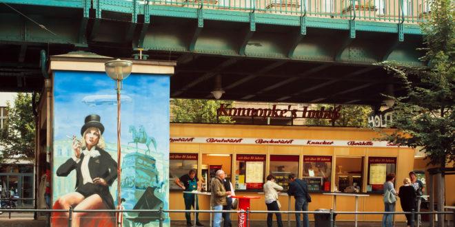 Konnopke's Imbiß unter der Hochbahn der U2 ist eine Institution in Prenzlauer Berg