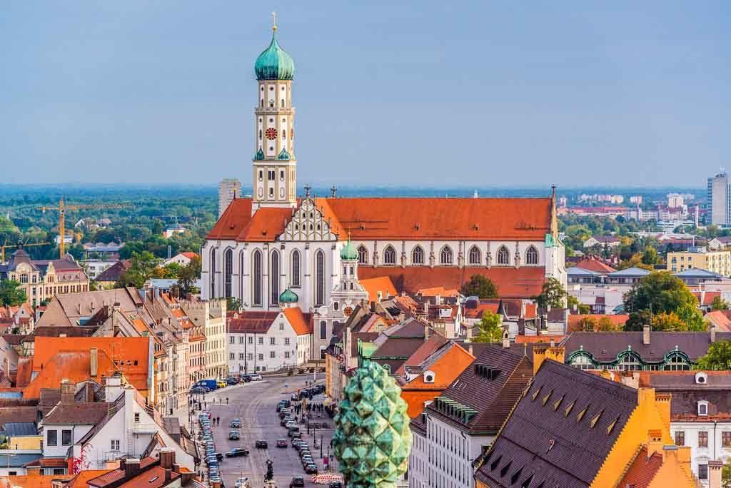 Blick auf die katholische Kirche St. Ulrich und Afra von Norden in der Maximilianstrasse von Augsburg