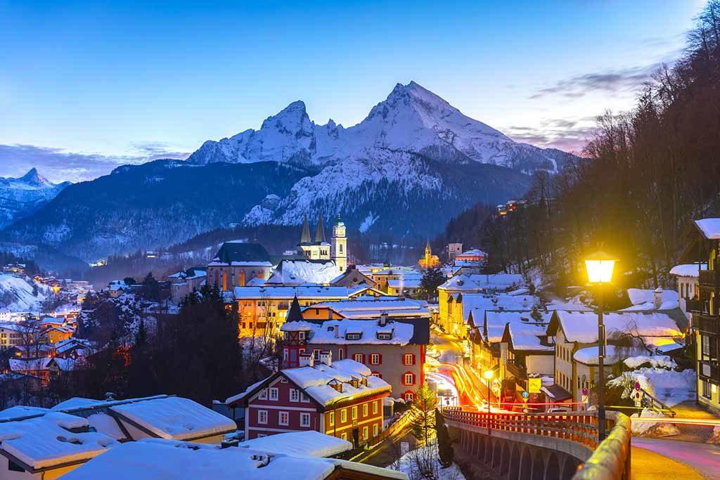 Die historische Altstadt von Berchtesgaden mit dem Watzmann-Berg im Hintergrund