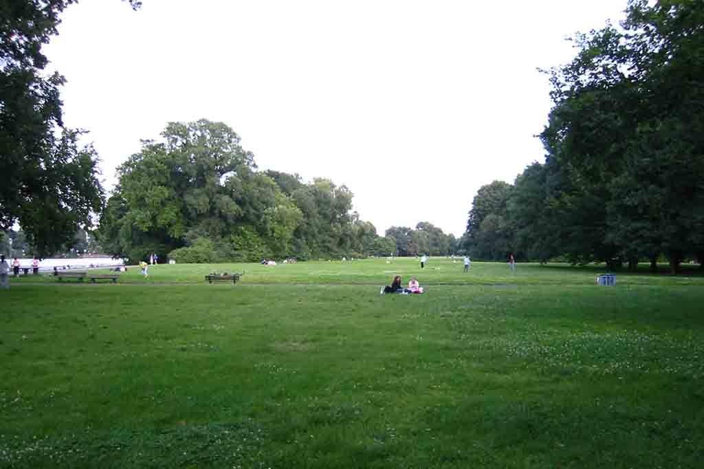 Der Treptower Park liegt direkt an der Spree