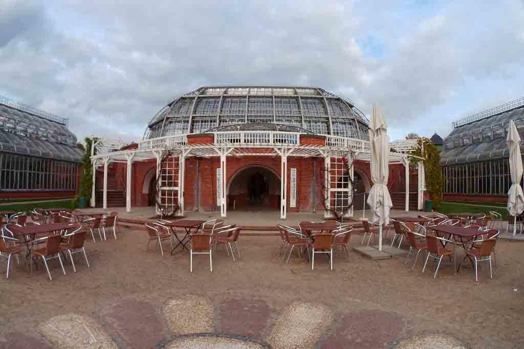 Vor dem Gewächshauskomplex des Botanischen Gartens befindet sich ein Café