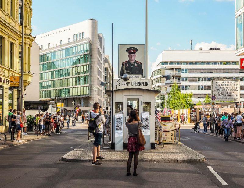 Checkpoint Charlie von der Kochstraße aus gesehen