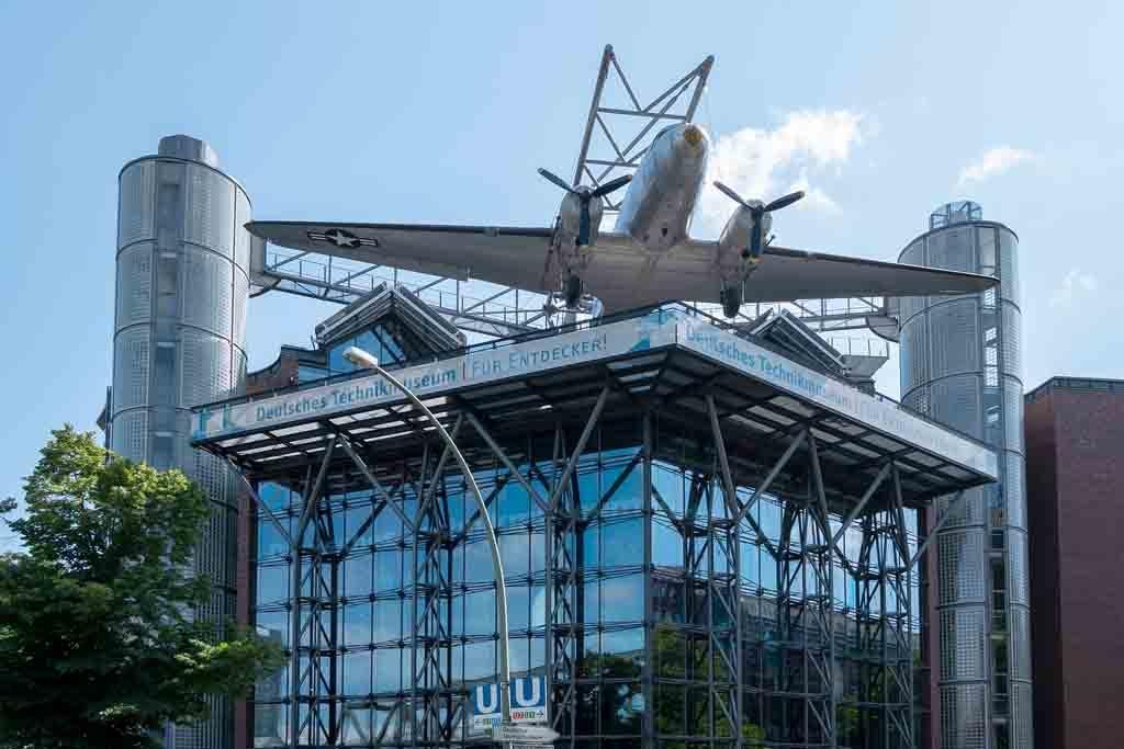 Der US Air Force Douglas C-47B Rosinenbomber auf dem Dach des Deutschen Technikmuseums Berlin