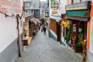 Eine der berühmtesten Strassen Deutschland – In der Drosselgasse gibt es singende Wirte und ganz viel Federweißer