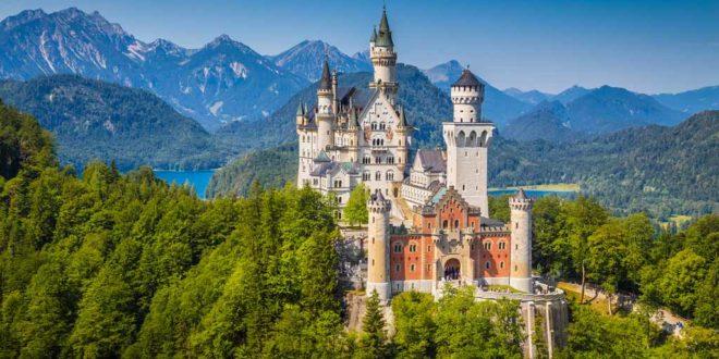 Schloss Neuschwanstein in Schwangau im Allgäu ist das Märchenschloss von König Ludwig II. von Bayern