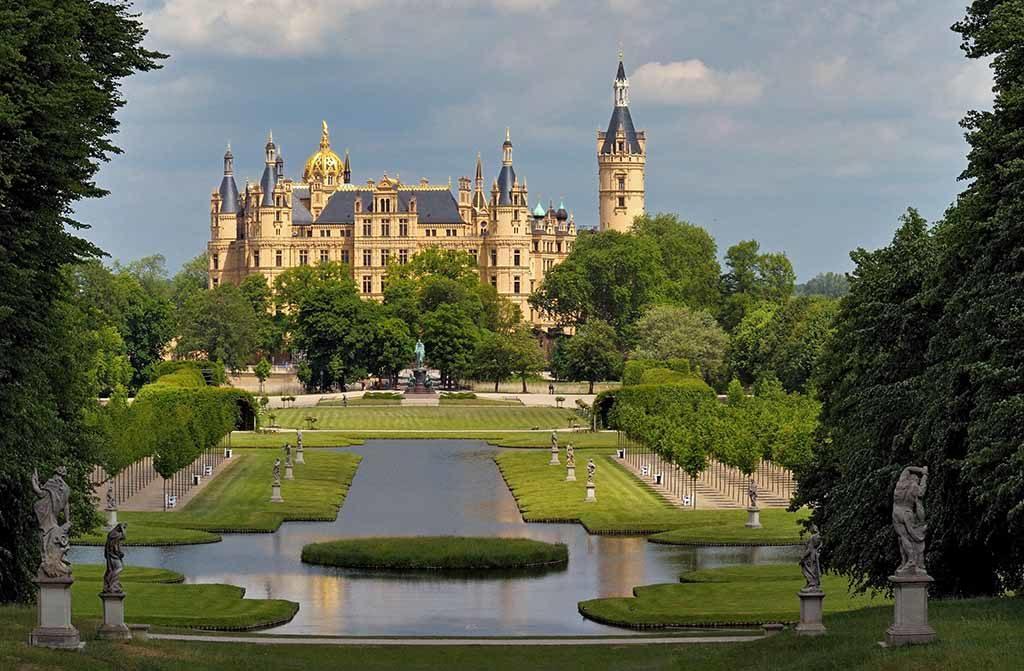 Eingebettet in die wunderschöne Schweriner Seenlandschaft gleicht das Schweriner Schloss einem Märchenschloss aus dem Loiretal