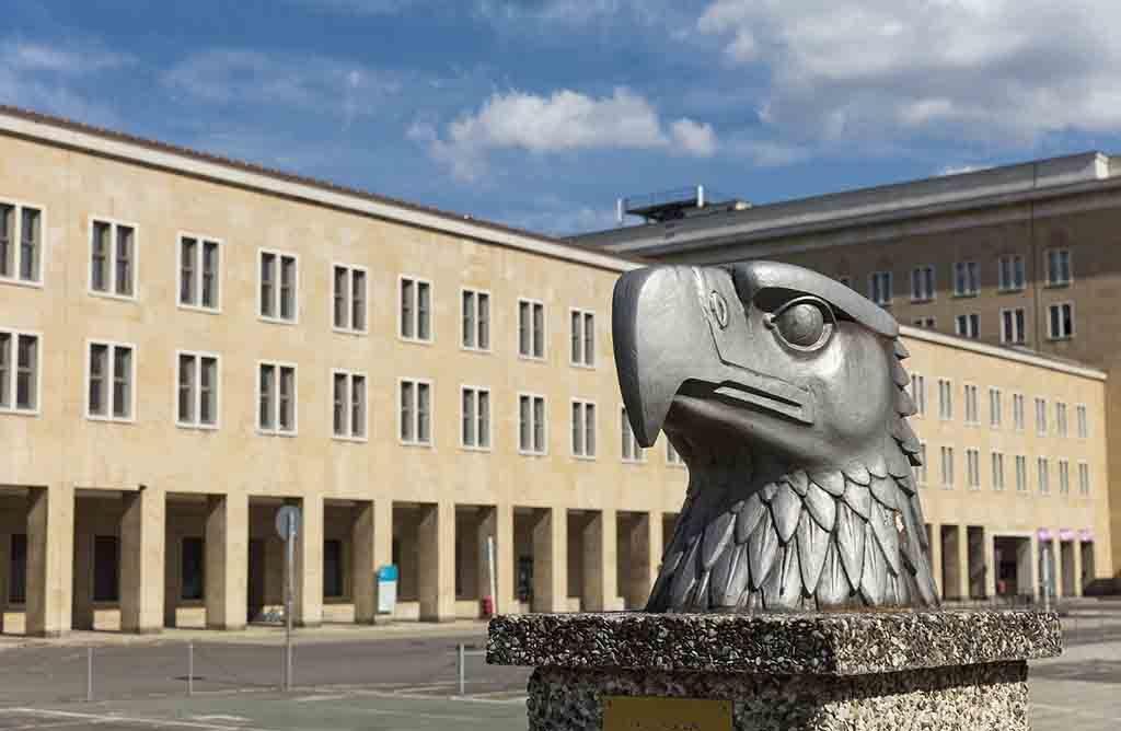 Das pompöse Gebäude des Flughafens Tempelhof steht unter Denkmalschutz