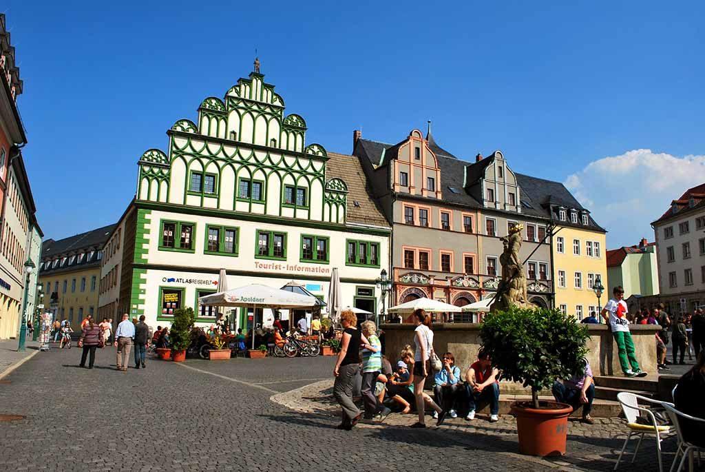Der Marktplatz in der historischen Altstadt von Weimar