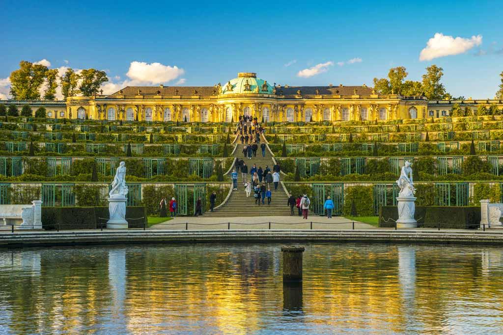 Schloss Sanssouci mit seinen berühmten Weinberg-Terrassen