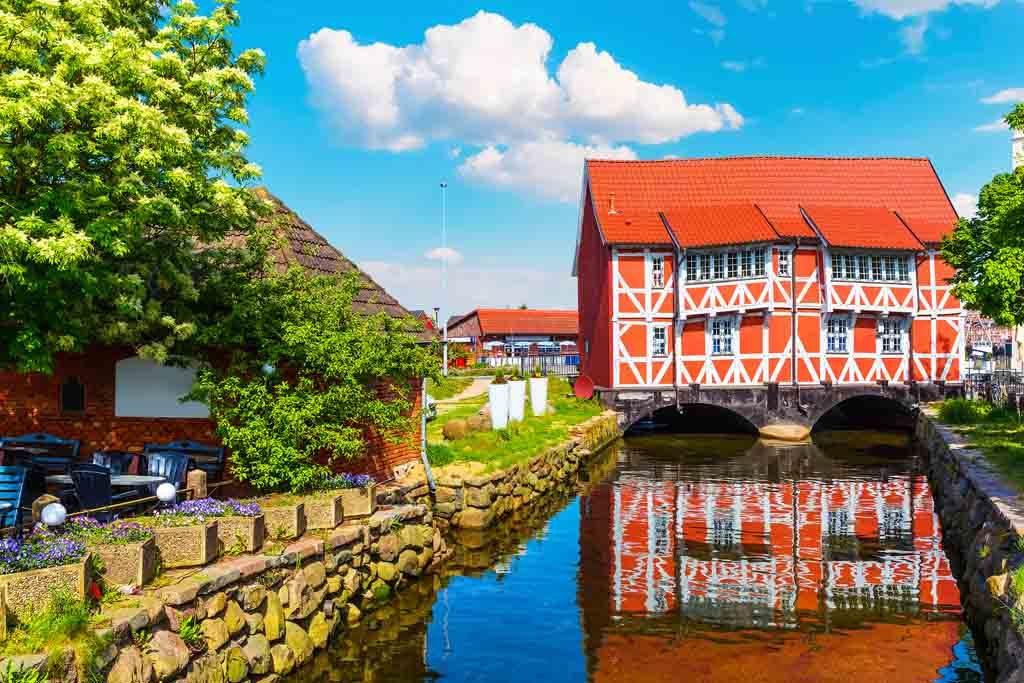 Das farbenfohe Fachwerkhaus Gewölbe in der Runden Grube in Wismar