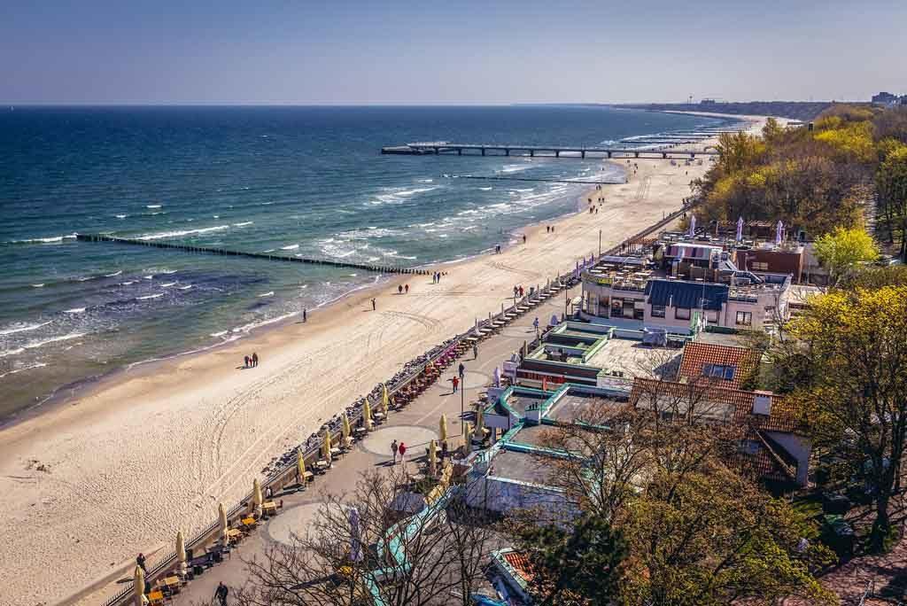 Blick auf die Strandpromenade von Kolberg, Polen