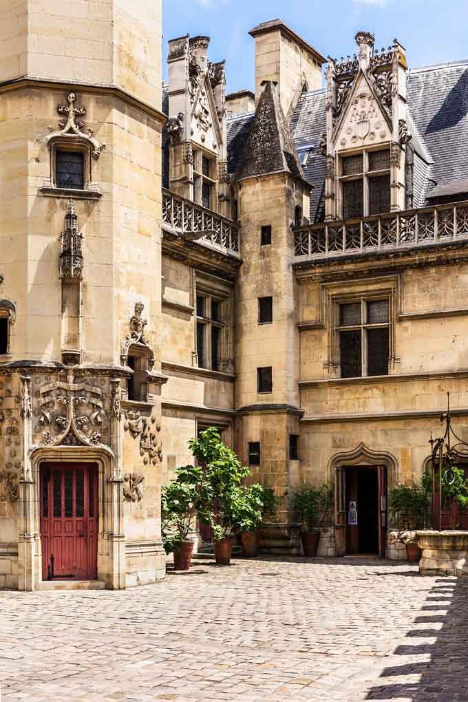 Der beeindruckende Innenhof des Musee de Cluny in Paris