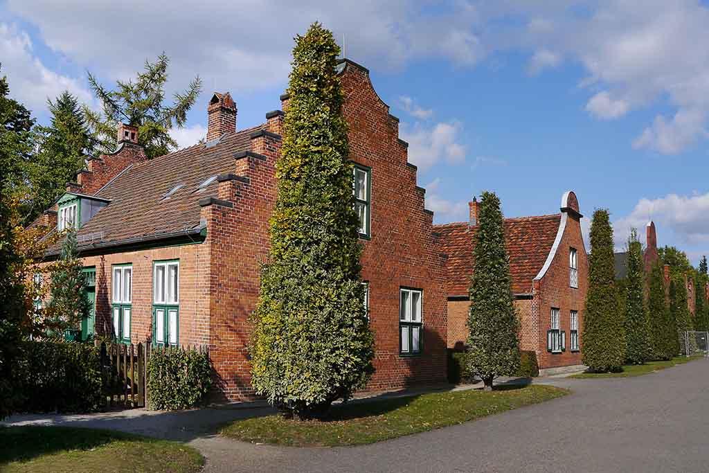 Holländische Häuser säumen den Hauptweg des Neuen Garten in Potsdam