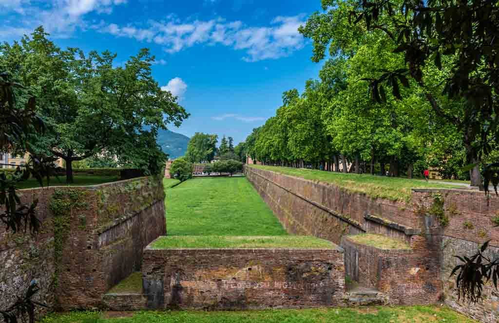 Die Stadtmauer von Lucca, ein imposantes Bollwerk aus vergangener Zeit