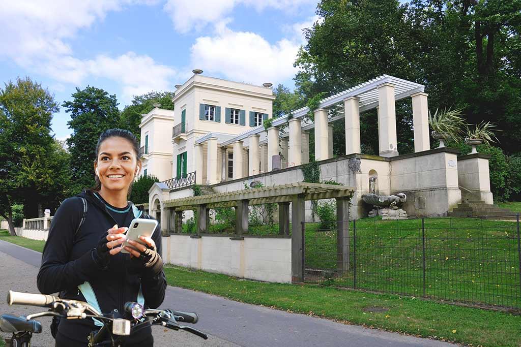 Der Berliner Mauerweg führt vorbei am Casino vom Schloss Glienicke