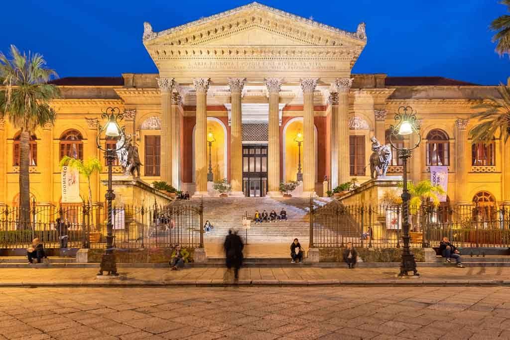 Das Teatro Massimo an der Piazza Verdi in Palermo