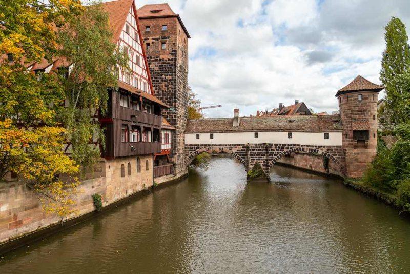 Das WeinstadelundWasserturm am Ufer der Pegnitz gehört zu denbekanntesten Baudenkmälern in der nördlichen Nürnberger Altstadt