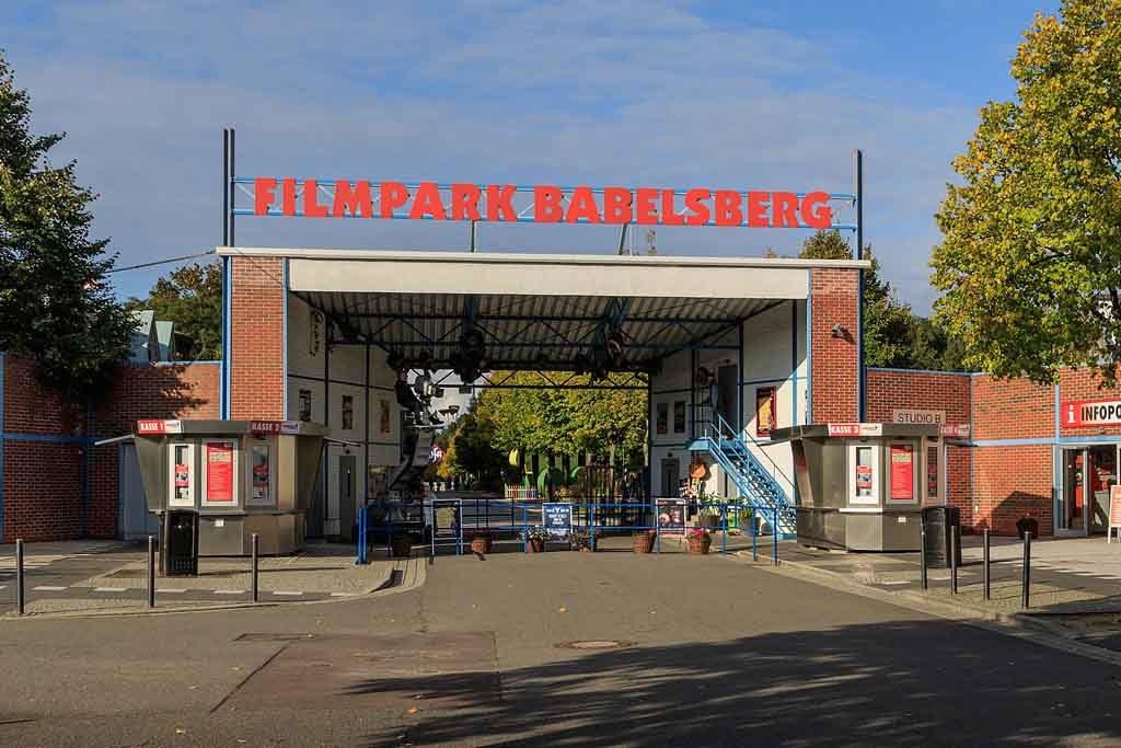 Blick auf den Haupteingang des Filmparks Babelsberg