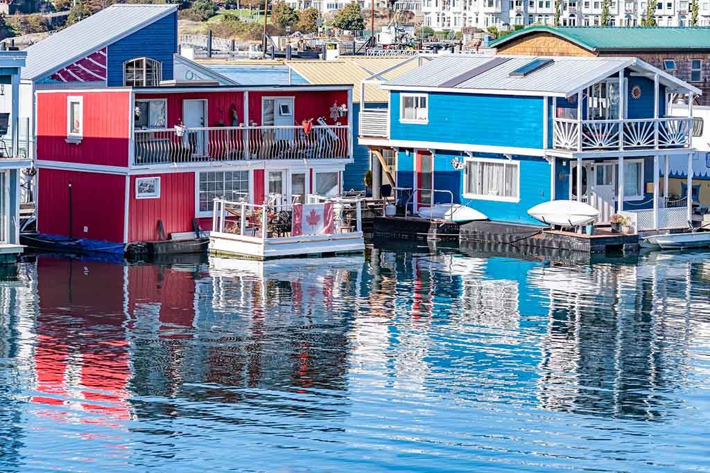 Blick auf die bunten Hausboote im inneren Hafen von Victoria