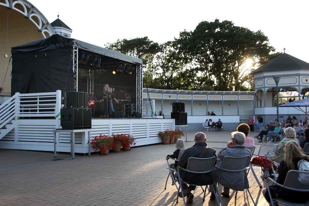 Der hölzerene Musikpavillon des Kurparks von Göhren steht unter Denkmalschutz