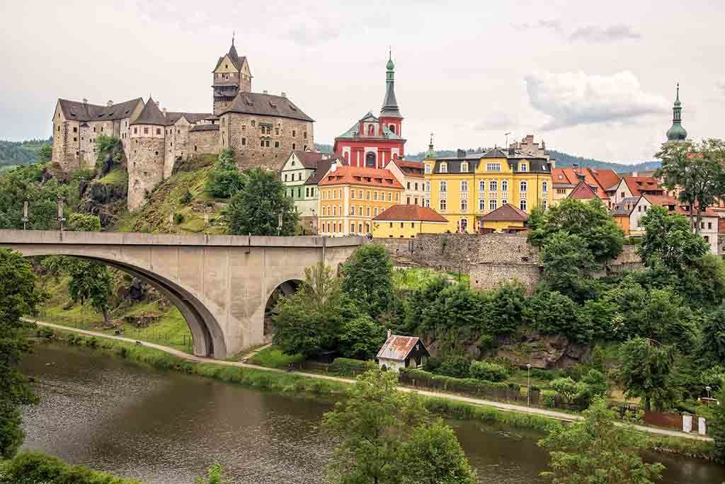 Blick auf die Kettenbrücke und die Burg in Elbogen, Tschechien