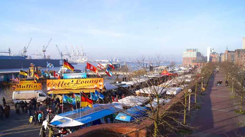 Der Altonaer Fischmarkt in Hamburg lockt jeden Sonntag ab 5:00 Uhr rund 70.000 Besucher an