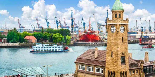 Blick auf die Hamburger Landungsbrücken von St. Pauli