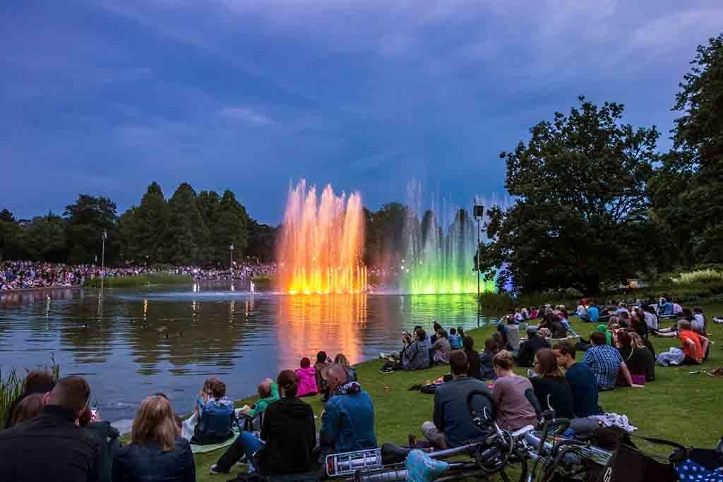 Das abendliche Wasserlichtkonzert in Hamburgs Park Planten en Blomen