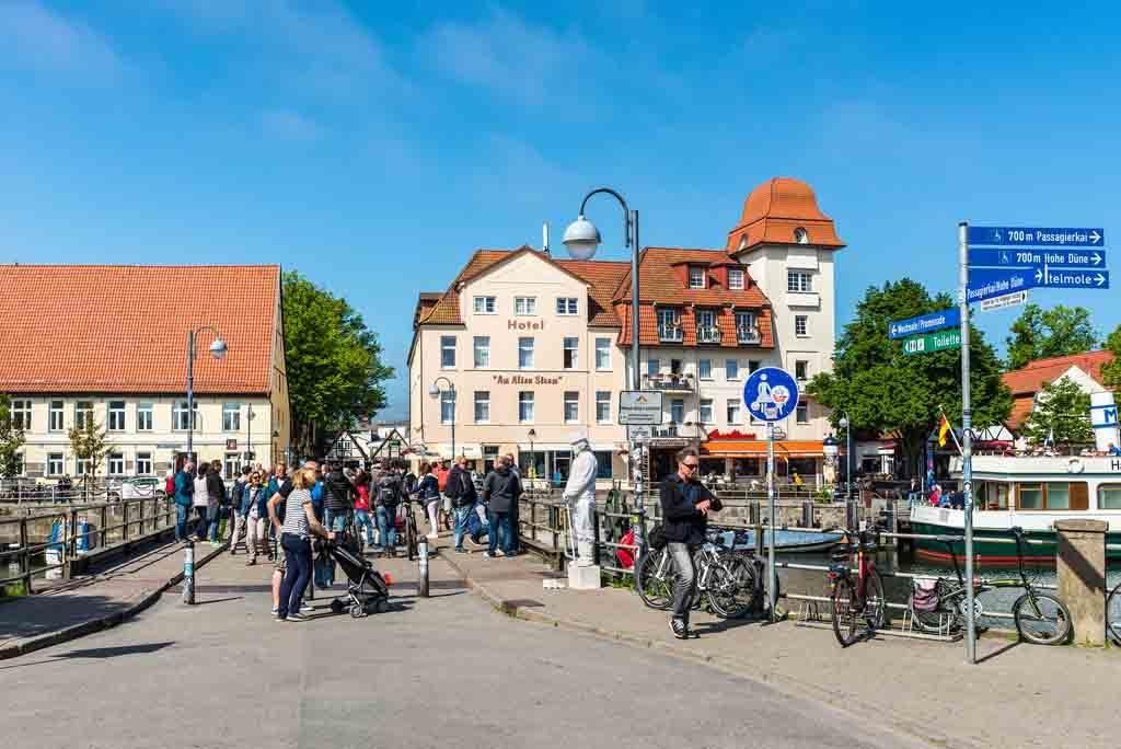 Oft stehen Straßenmusikanten und Künstler stehen auf der Bahnhofsbücke