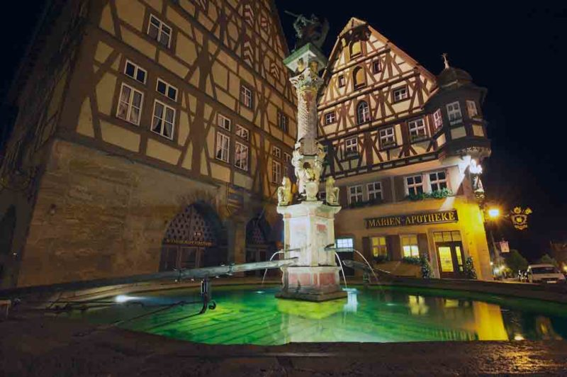 Der Georgsbrunnen auf dem Marktplatz von Rothenburg ist schon über 400 Jahre alt