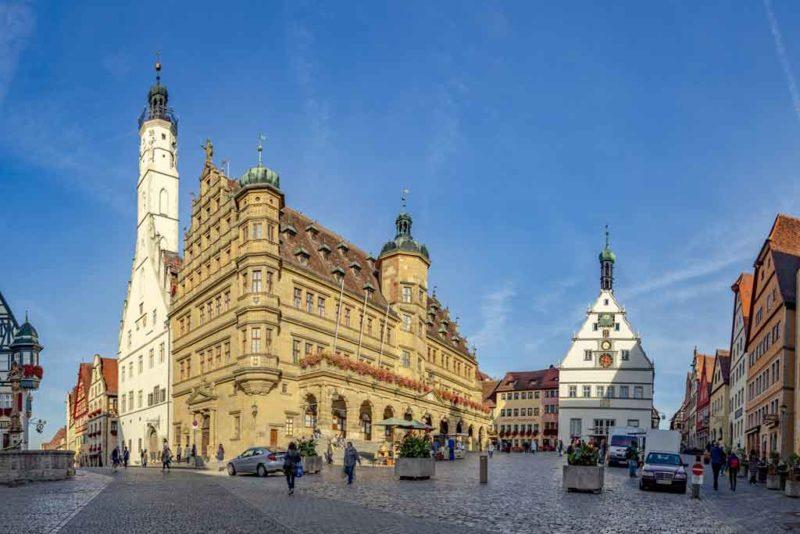 Das Rathaus mit seiner Renaissance-Fassade ist das prominenteste Gebäude am Marktplatz von Rothenburg ob der Tauber