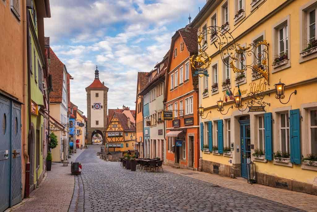Die Schmiedgasse mit der Ratstrinkstube gehört zu den romantischen Gassen in Rothenburg ob der Tauber