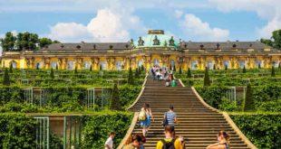Das Schloss-Sanssouci in Potsdam ist eine der schönsten Sehenswürdigkeiten in Brandenburg