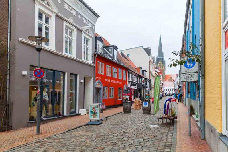 In der die Roten Straße in Flensburg gibt es jede Menge Cafés, Restaurants und jede Menge Hinterhof-Romantik