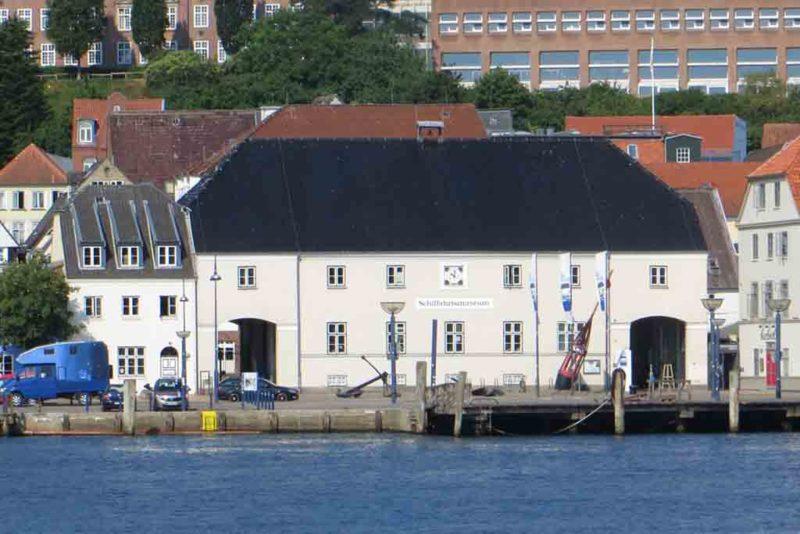 Das Schifffahrtsmuseum am Hafen war früher ein Zollhaus