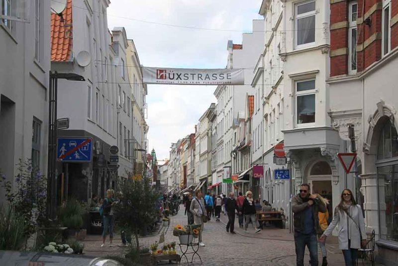 Shoppen in der Hüxstraße in Lübeck ist vor allem im Sommer ein Erlebnis