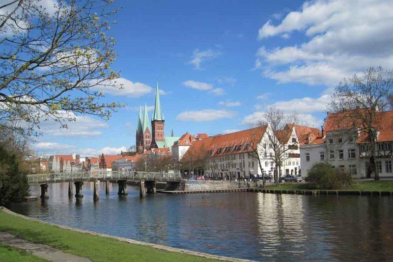Die St. Petri vom Lübecker Malerwinkel aus gesehen, dahinter erheben sich die zwei Türme von St. Marien