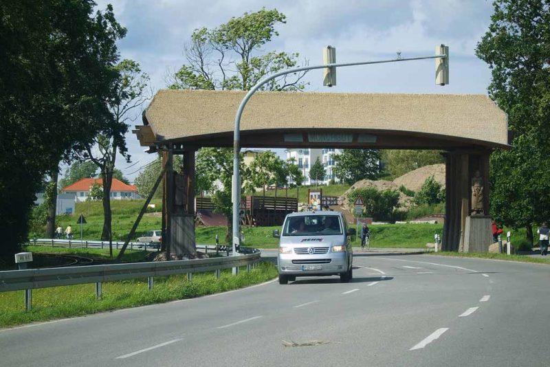 Wer das Mönchguttor passiert, befindet sich auf der Halbinsel Mönchgut