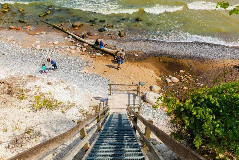 Vom Hochuferweg führt eine Treppe zum steinigen Strand der Piratenbucht