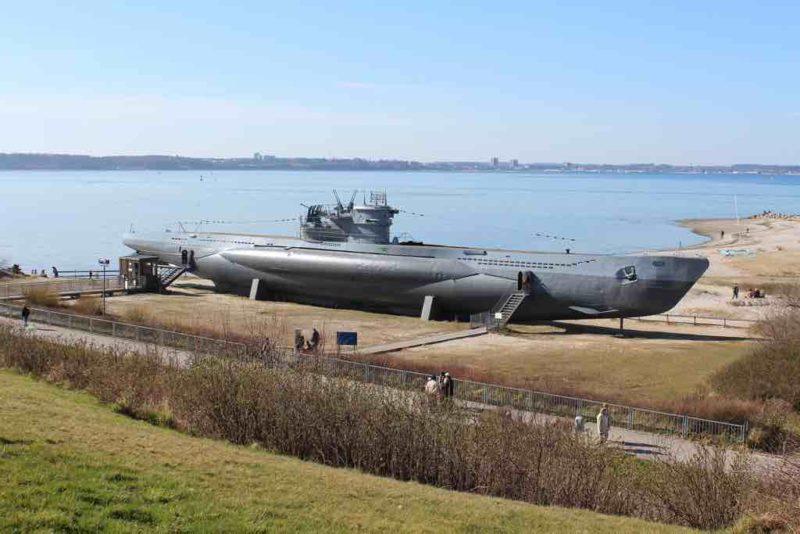 Das U-Boot am Fuße des Marine-Ehrenmals in Laboe