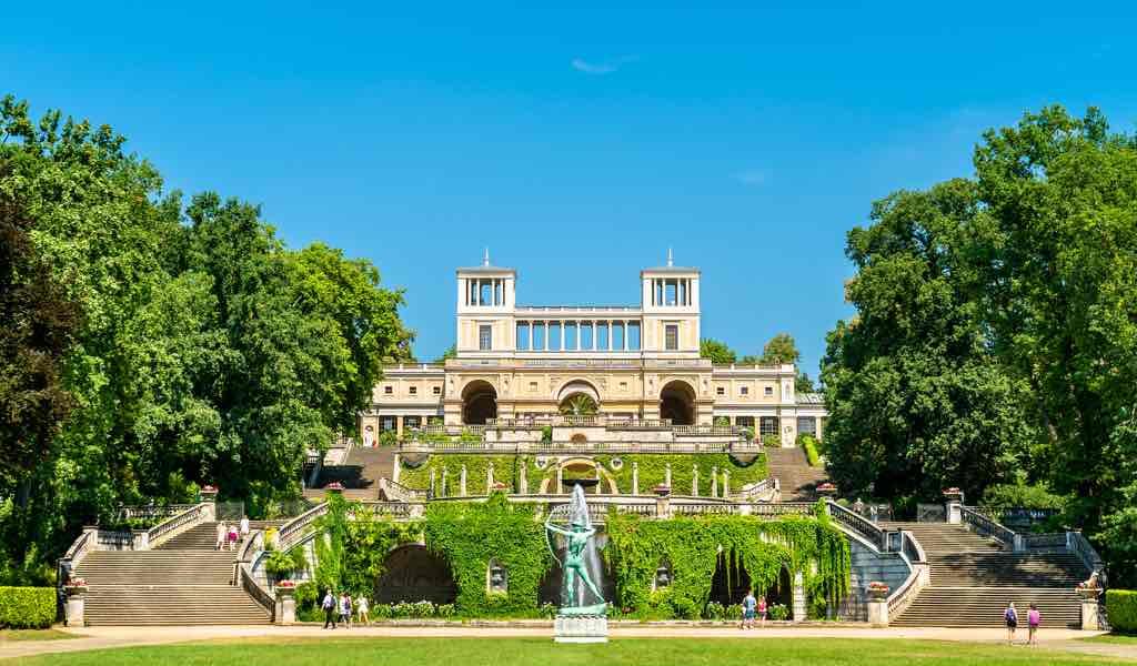 Das Orangerie-Schloss im Park Sanssouci, Potsdam –Foto: Bigstock