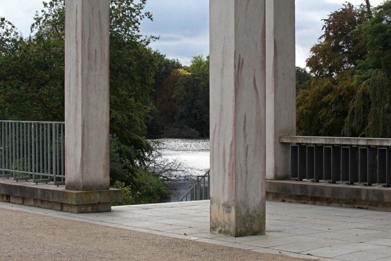 Heute stehen am Ufer die Eckpfeiler als Markierung, wo einst das Schloss Putbus gestanden hat