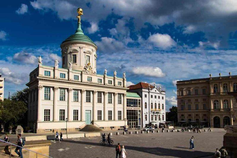 Auf dem historischen Rathaus am Alten Markt steht der vergoldete Atlas