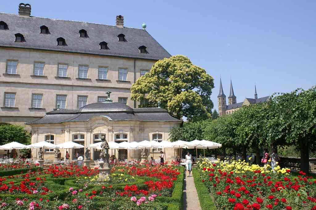 Zwischen Residenz und Rosengarten Befindet sich ein Café mit barockem Ambiente