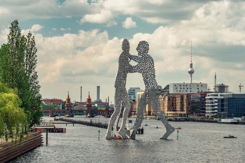 Besser könnte ein Standort nicht gewählt sein. Denn bei dem inzwischen weltbekannten Postkarten-Panorama von Berlin stiehlt der Molecule Man dem Fernsehturm die Show.