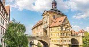Das alte Rathaus auf der Brücke der Regnitz ist die bedeutendste Sehenswürdigkeit in Bamberg und ein Wahrzeichen des Stadt