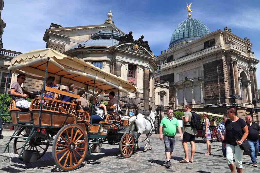 Auch schön, eine Pferdekutschentour im Altstadtbezirk von Dresden