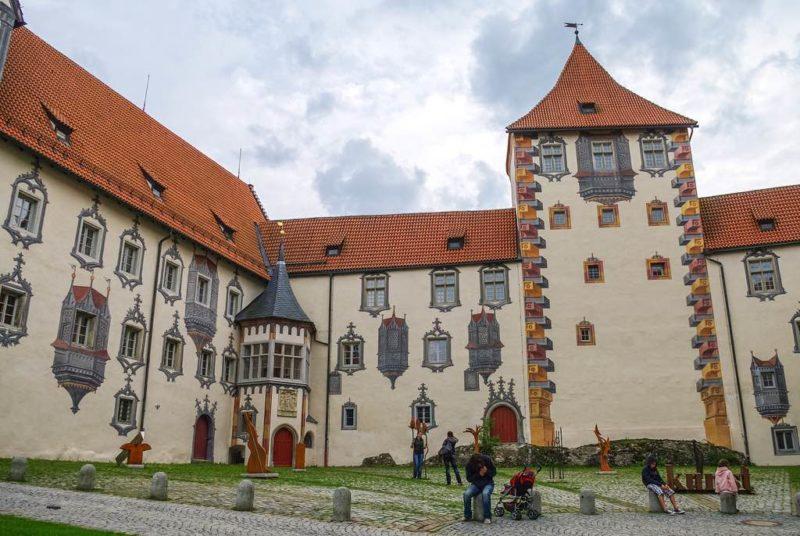 Illusionsmalerei im Innenhof des Hohen Schlosses in Füssen